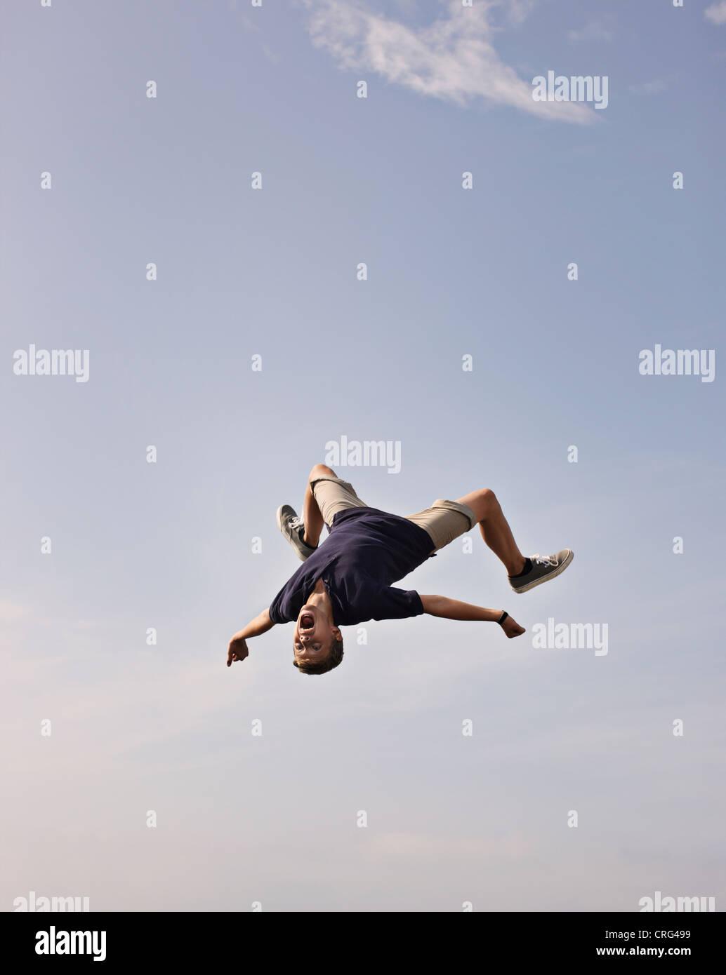 Teenager posiert in der Luft Stockbild
