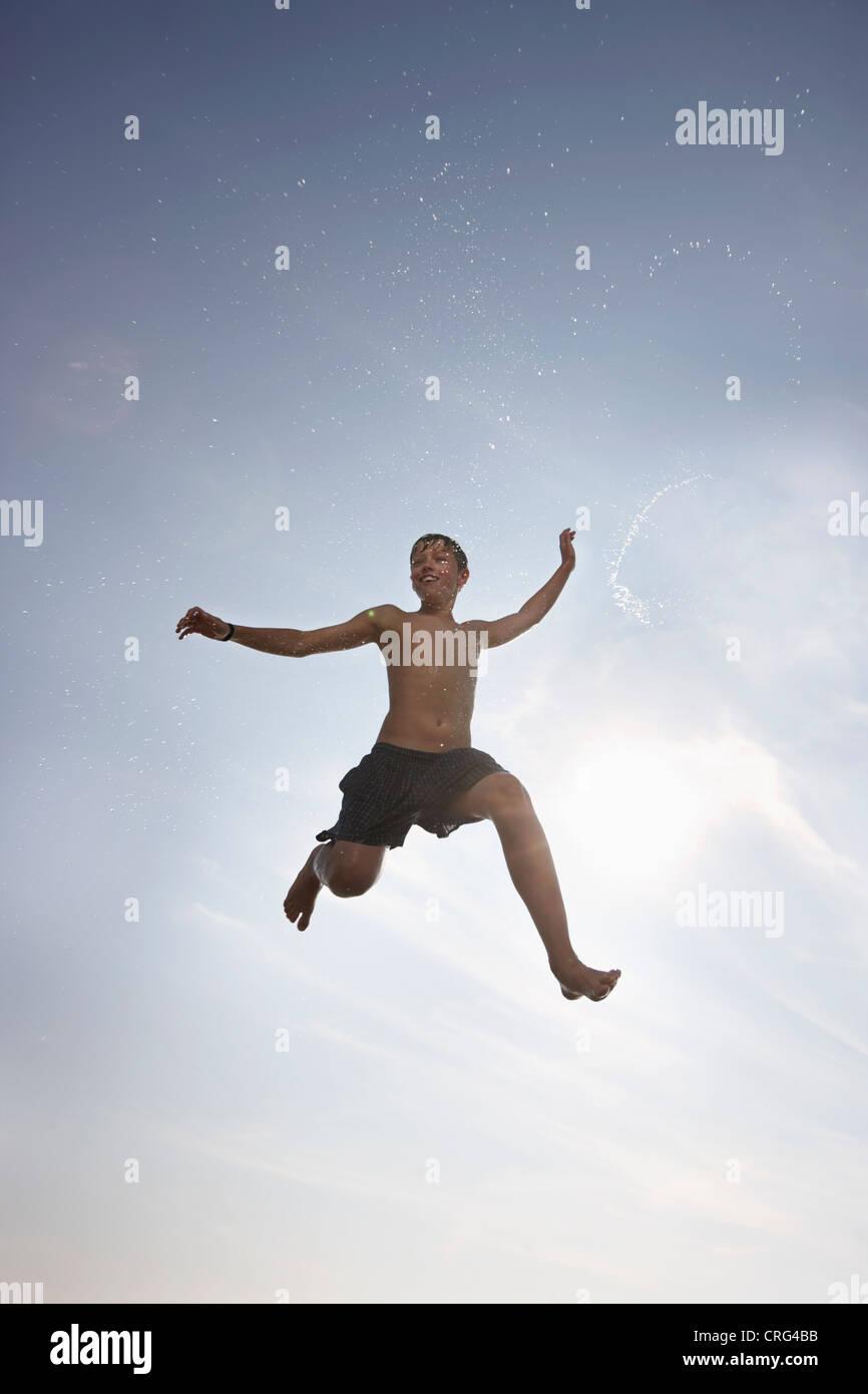Junge posiert in der Luft Stockbild