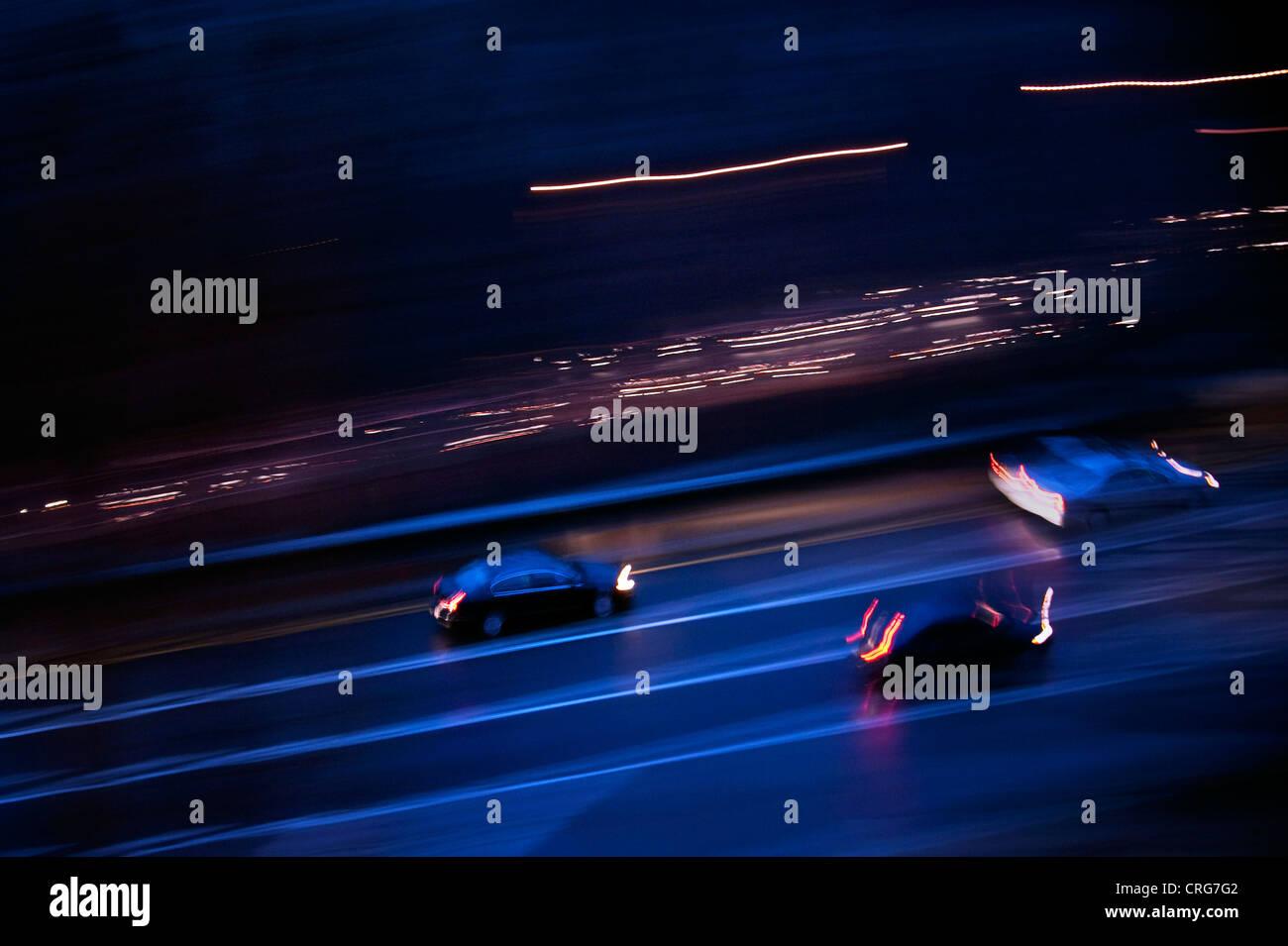Autos langsamer Parkway in der Nacht. Stockbild