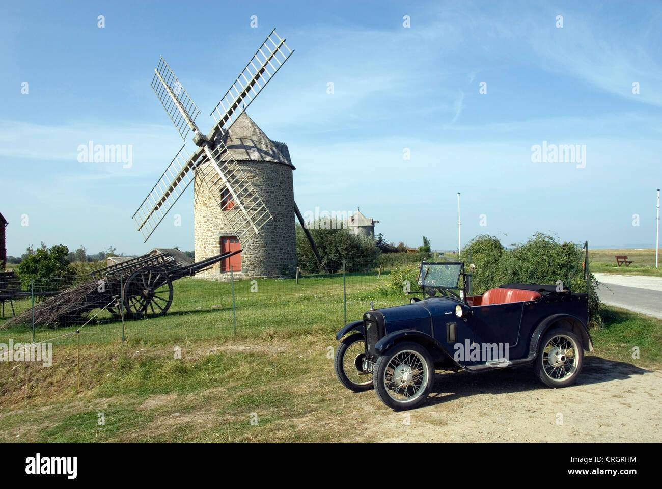 Windmühle und Oldtimer Austin, Frankreich, Bretagne, Cherrueix Stockbild