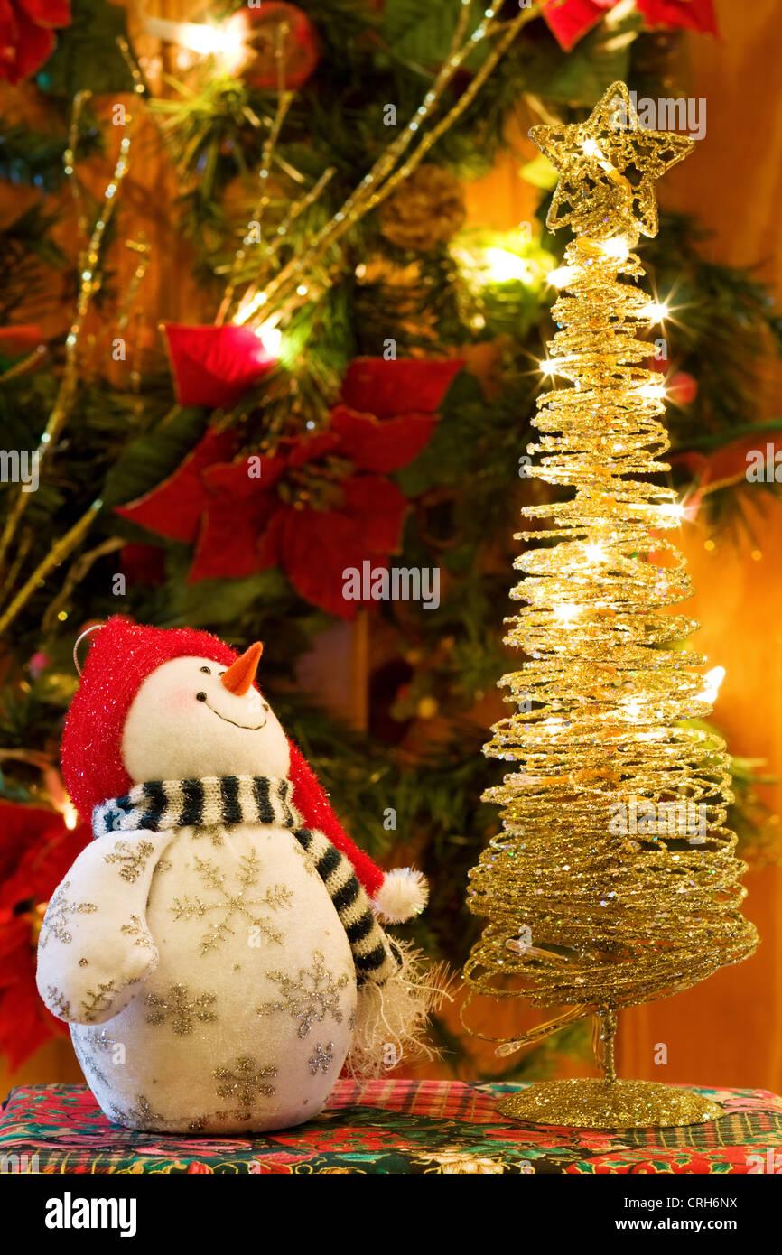 Christmas Eve Magic - Grusskarte mit Schneemann und goldenen Baumschmuck. Stockbild