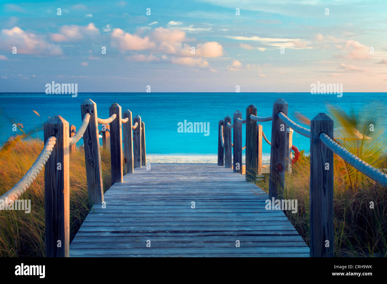 Board Weg zum Ozean. Grace Bay in Providenciales. Turks- und Caicosinseln. Stockbild