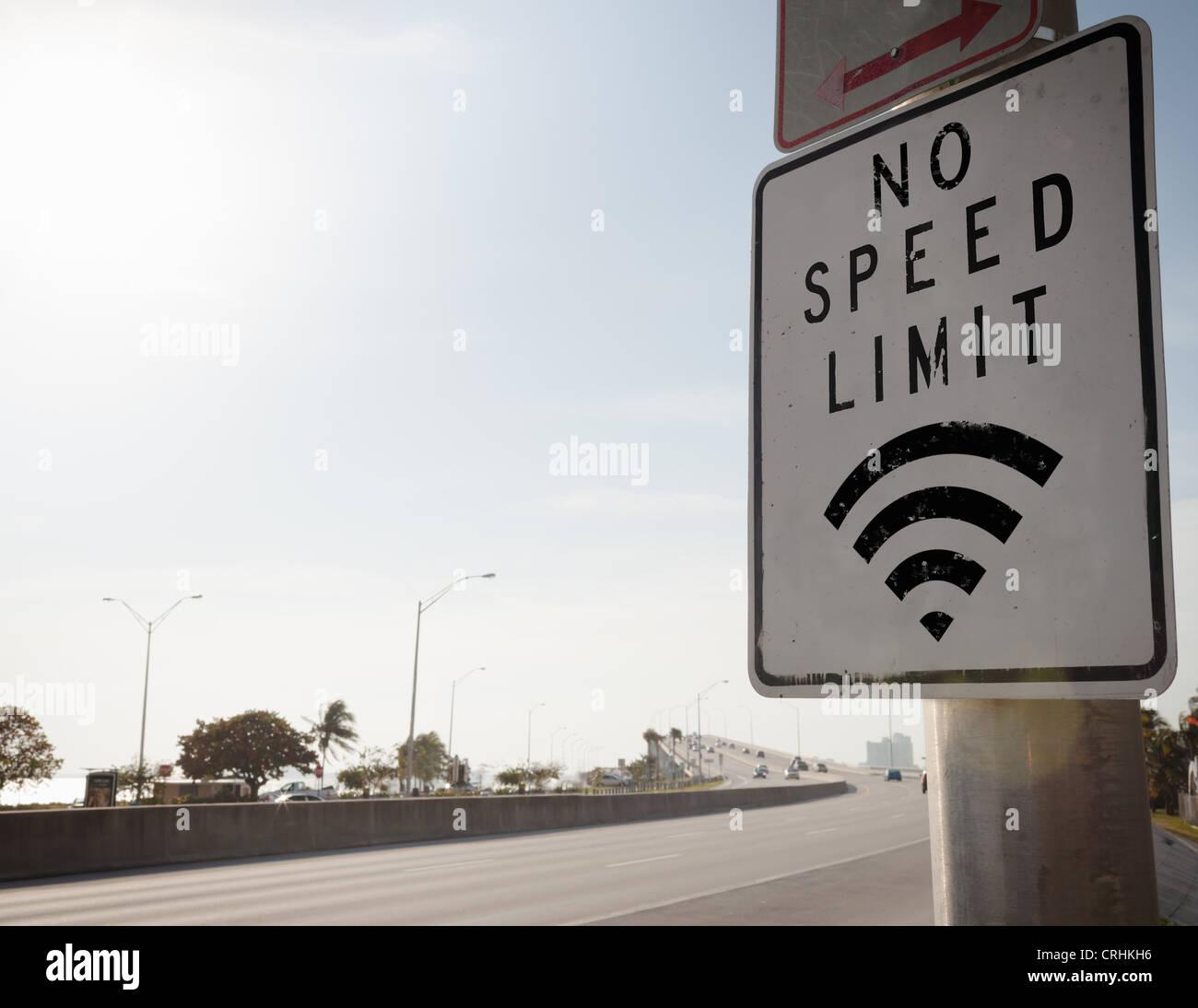 Kein Tempolimit Schild auf Autobahn Stockfoto