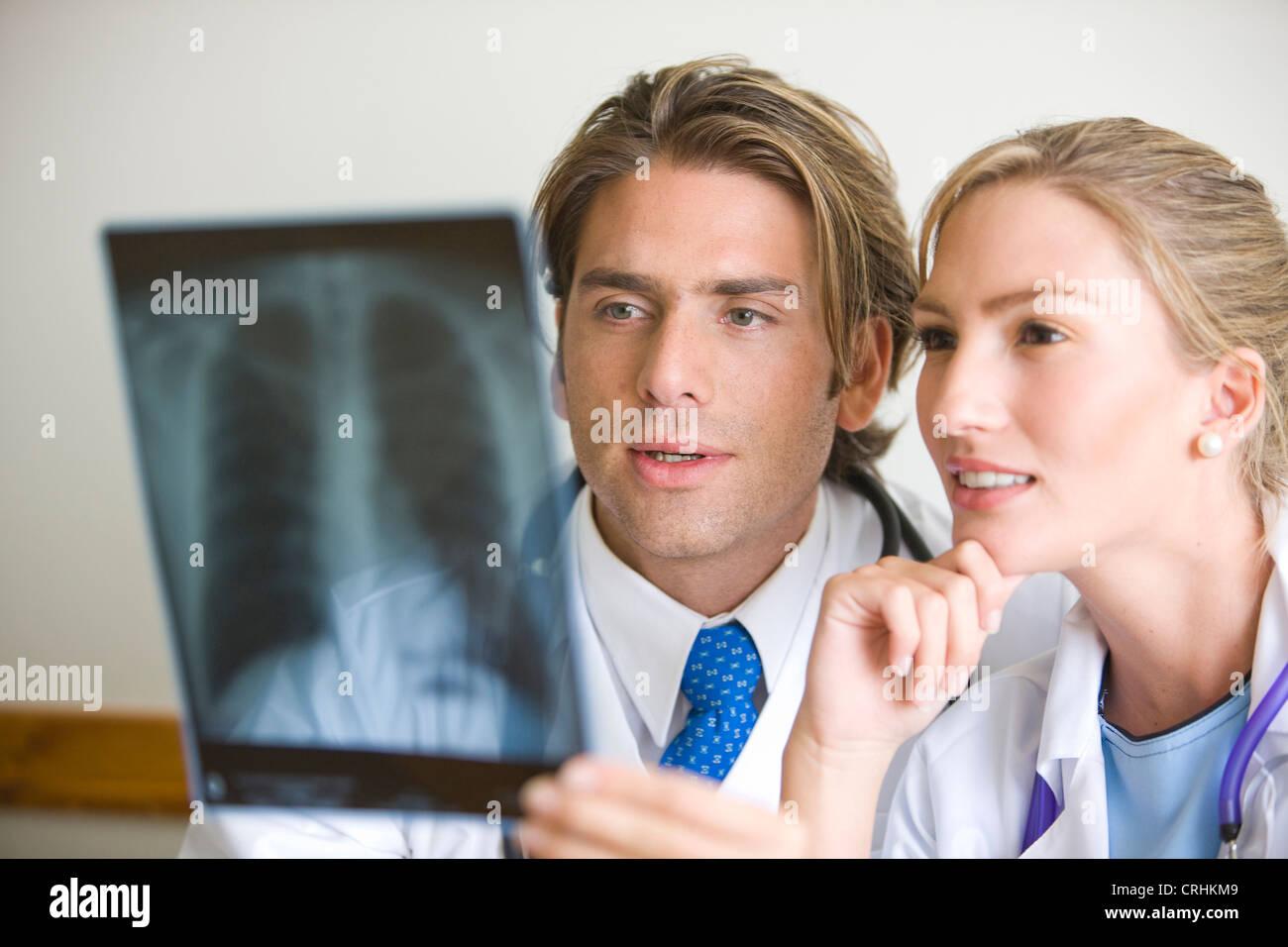 Ärzte, die Überprüfung einer Brust Xray im Krankenhaus Stockbild