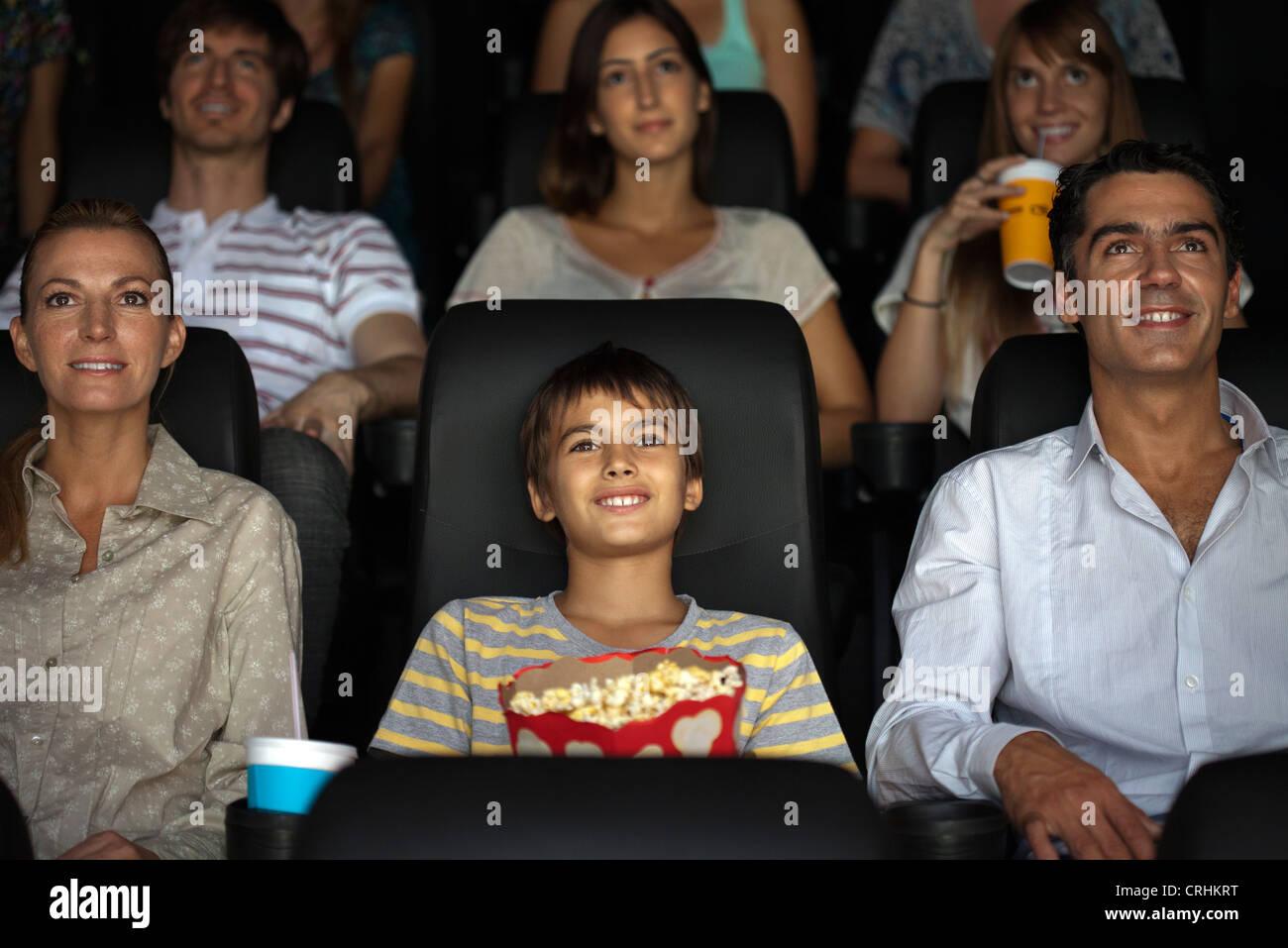 Familie beobachten Film im theater Stockbild