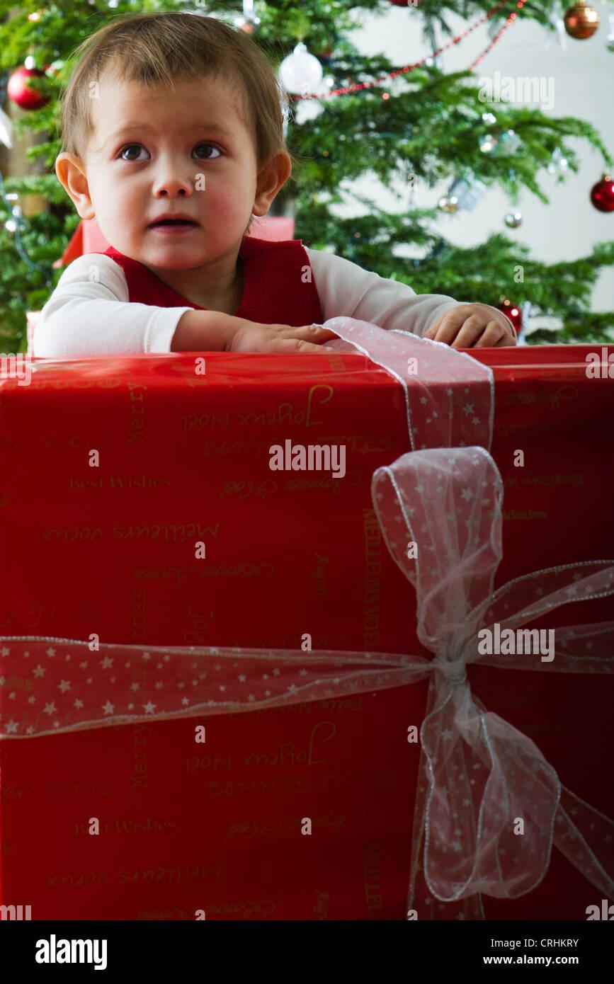 Babymädchen öffnen große Weihnachtsgeschenk Stockfoto, Bild ...