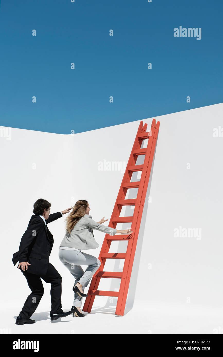 Führungskräfte, die einander racing, Leiter zu erklimmen Stockbild