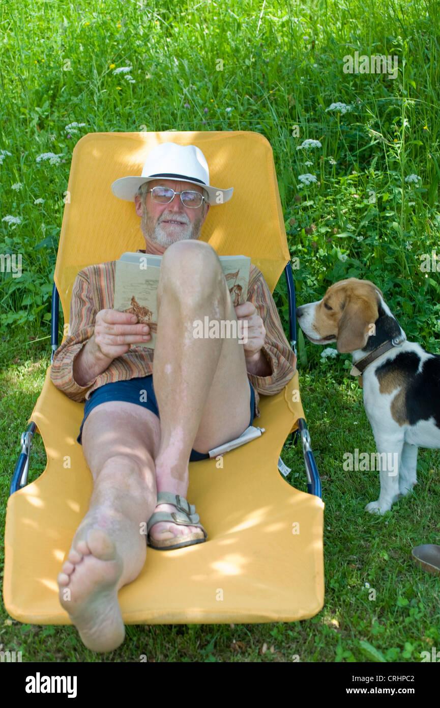 Liegestuhl Liegen.Rentner Auf Einem Liegestuhl Liegen Und Ein Buch Zu Lesen