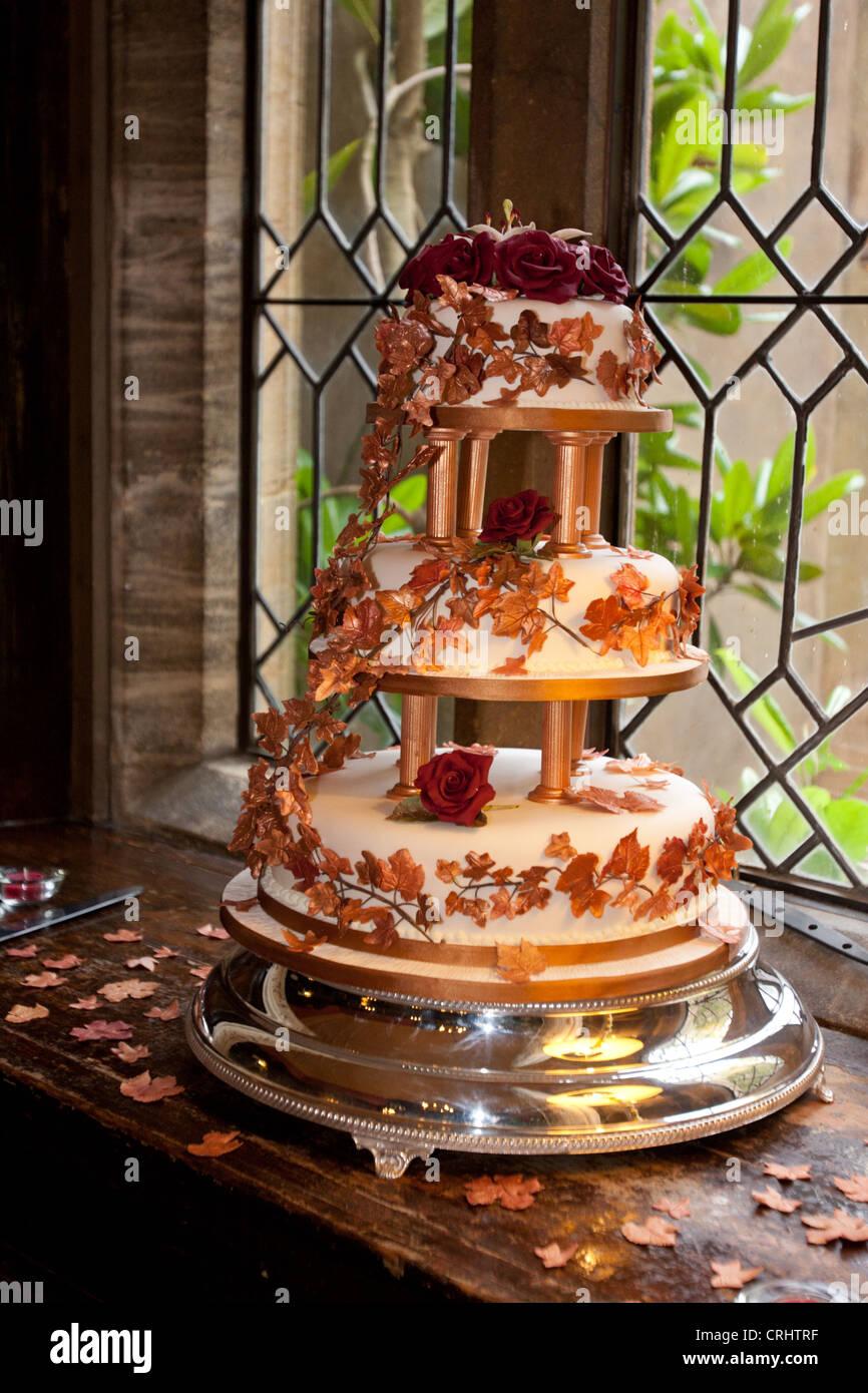 Eine Nahaufnahme Bild Von Einer Mehrstufigen Hochzeitstorte Drapiert