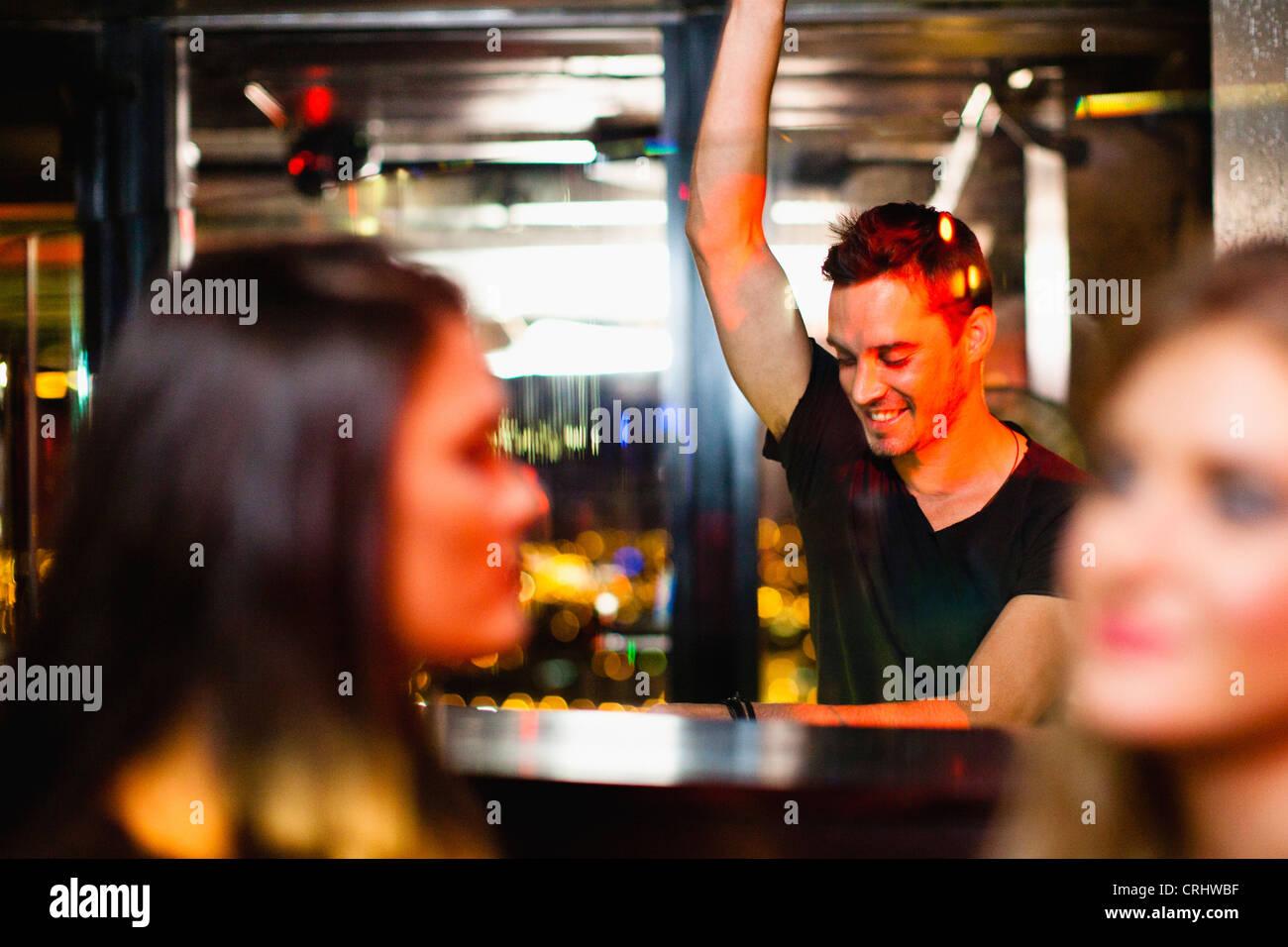 Barkeeper winken für Kunden in der Bar Stockbild