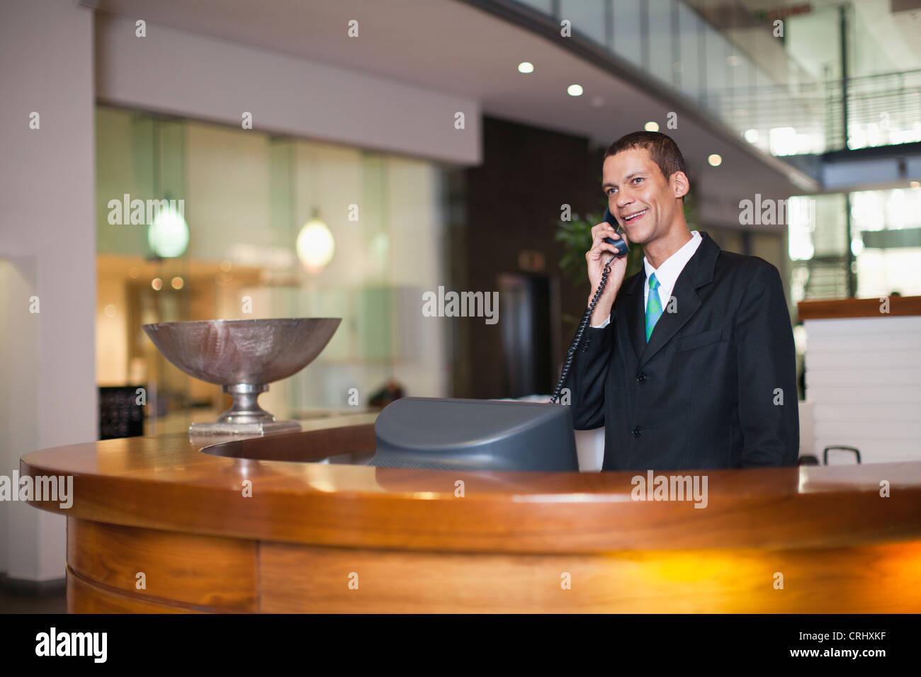 Concierge des Hotels am Telefon sprechen Stockbild