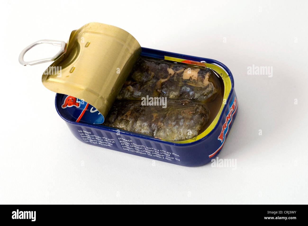 Eine halb offene Dose Sardinen. Sardinen Ertrag reichen Fischöl, Blutdruck und das Risiko eines Herzinfarktes Stockbild
