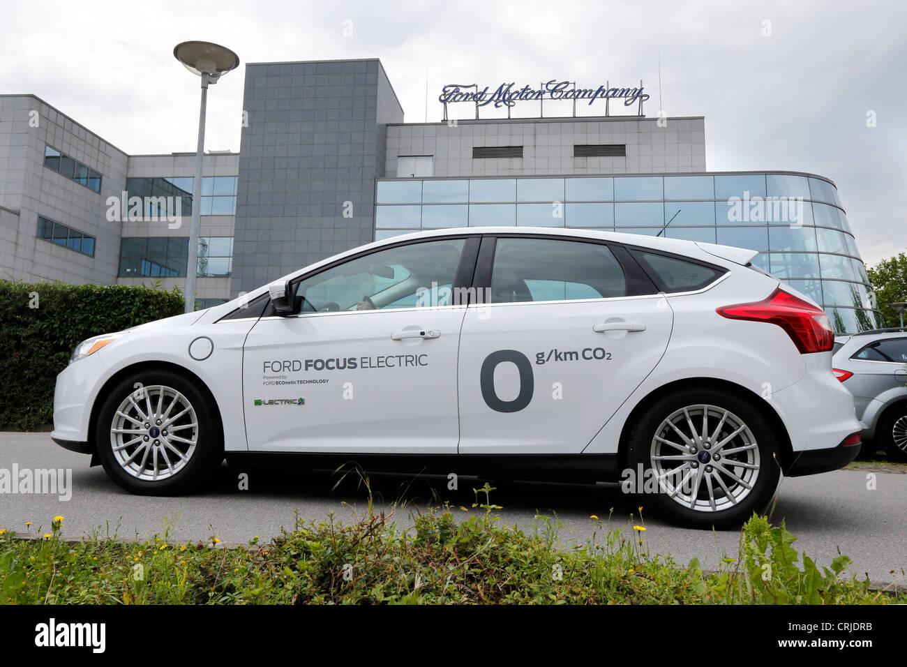 Ford Motor Company, Fords Forschung und Vorentwicklung Zentrum in Aachen/Deutschland. Vorne ist der Ford Focus ELECTRIC Stockbild