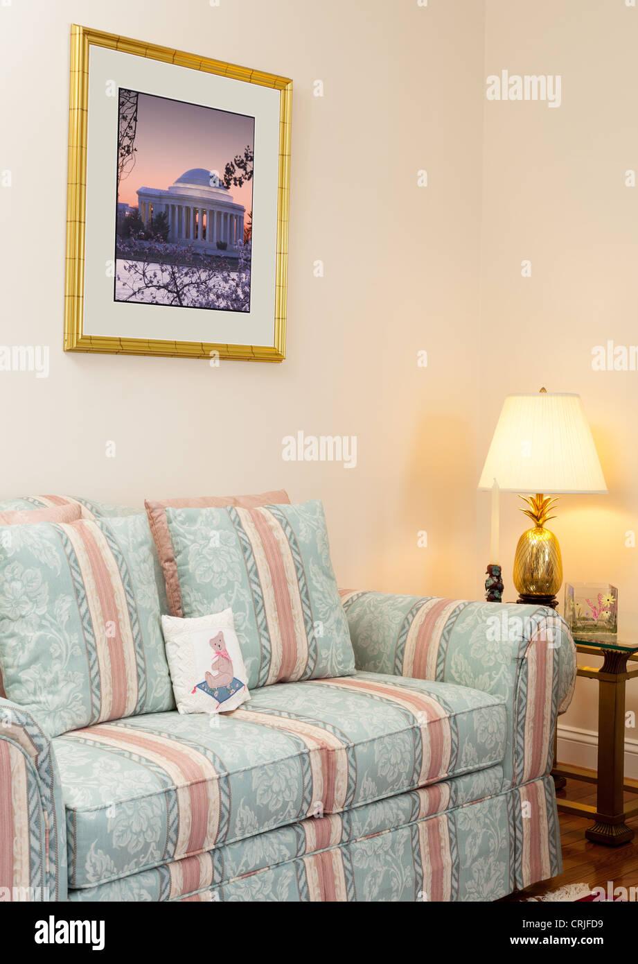 Modernes Wohnzimmer mit Grün und rosa Sofas, Glastisch und Drucke ...