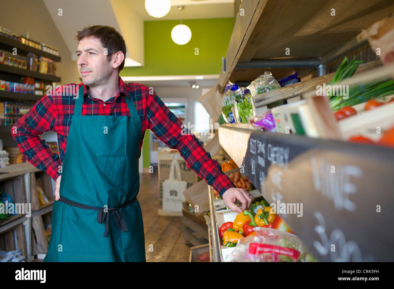Lebensmittelhändler, die Vermittlung von Produkten zum Verkauf Stockbild