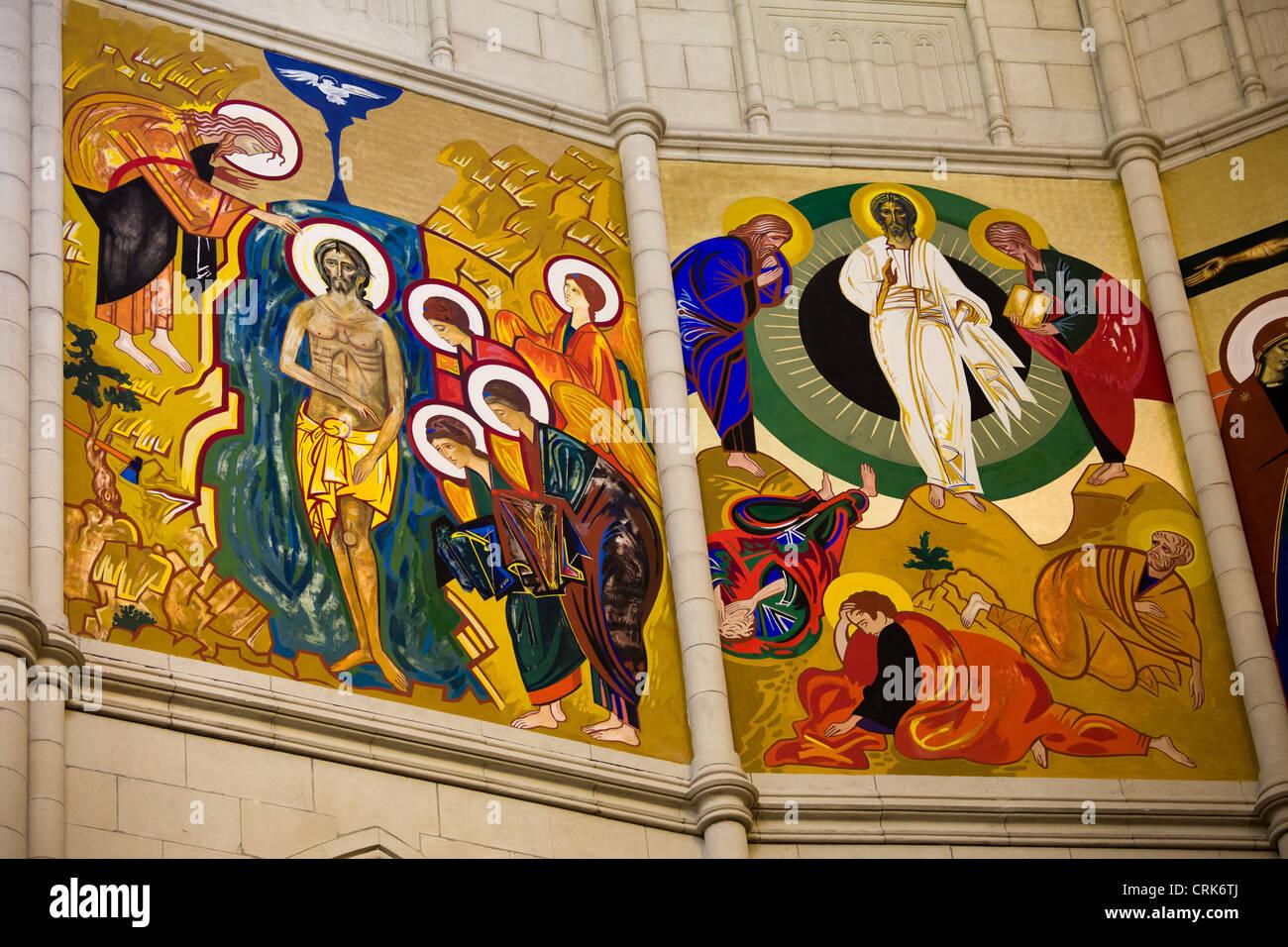 Religiöse Gemälde an der Wand im Inneren Almudena-Kathedrale in Madrid, Spanien. Stockbild