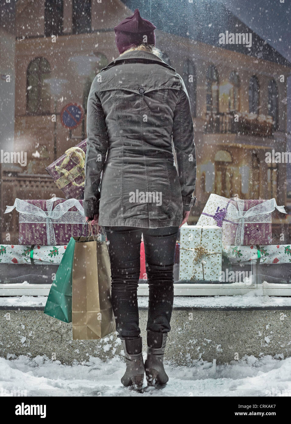 Frau Einkaufstaschen im Schnee Stockfoto