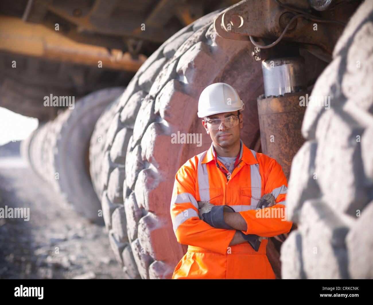 Arbeiter stehen per LKW in Kohle mir Stockbild