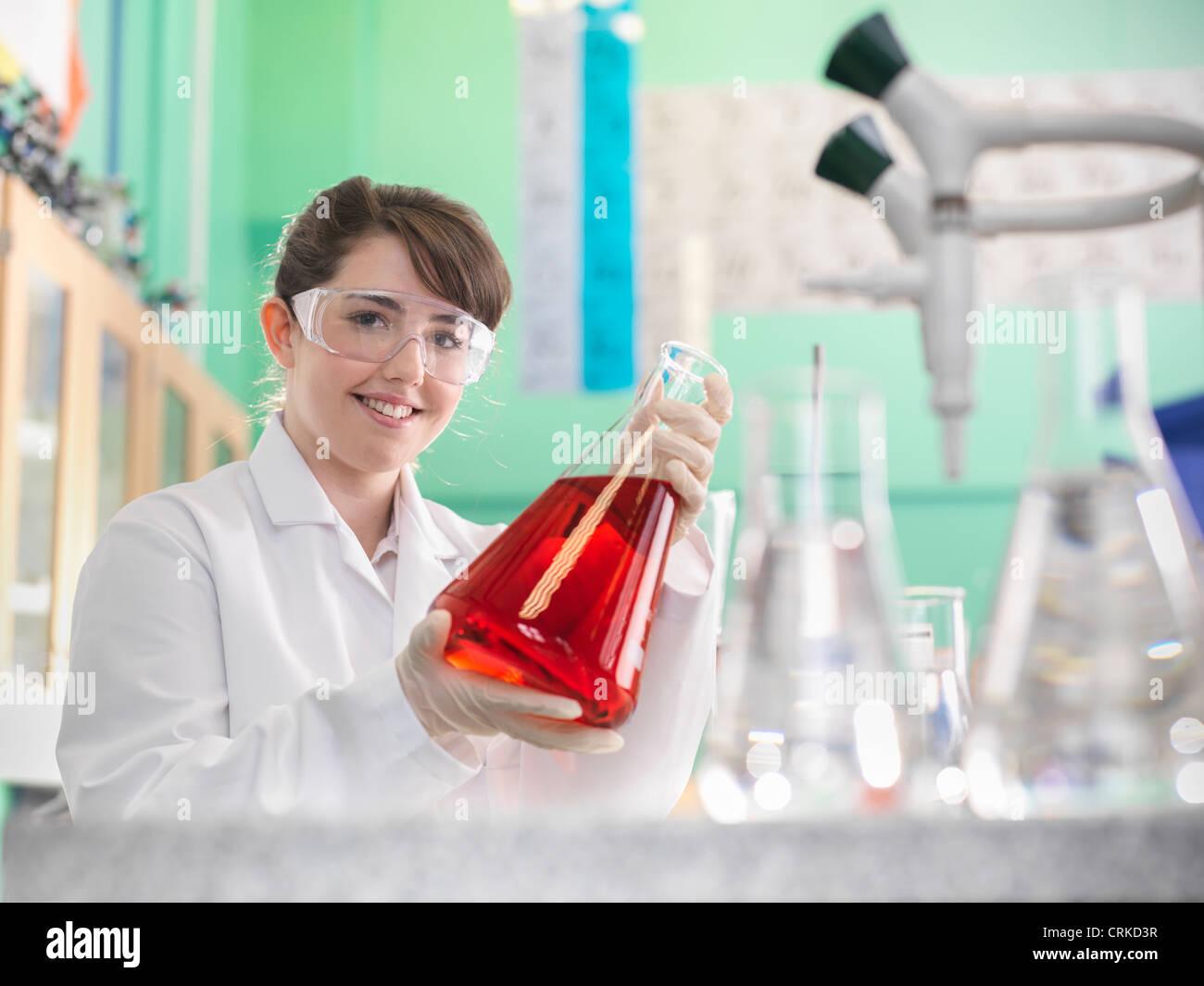 Chemie-Studenten arbeiten im Labor Stockbild
