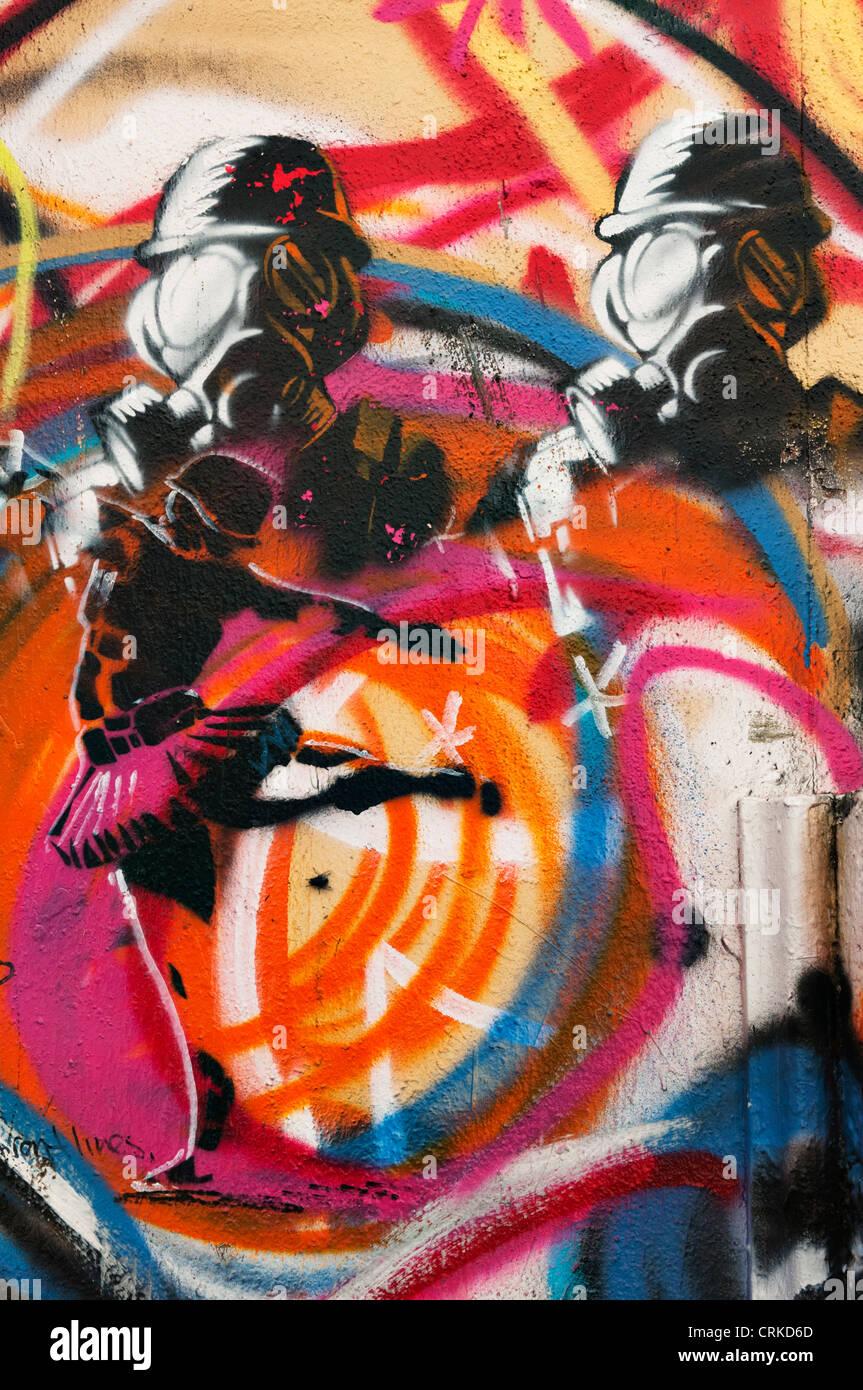 Vertikalschnitt der Wand gemalt mit Graffiti in einer Innenstadt Gasse in Aberdeen, Washington. Stockfoto