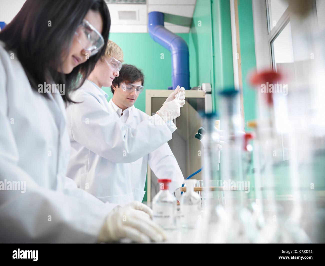 Chemiestudenten, die Arbeiten im Labor Stockbild