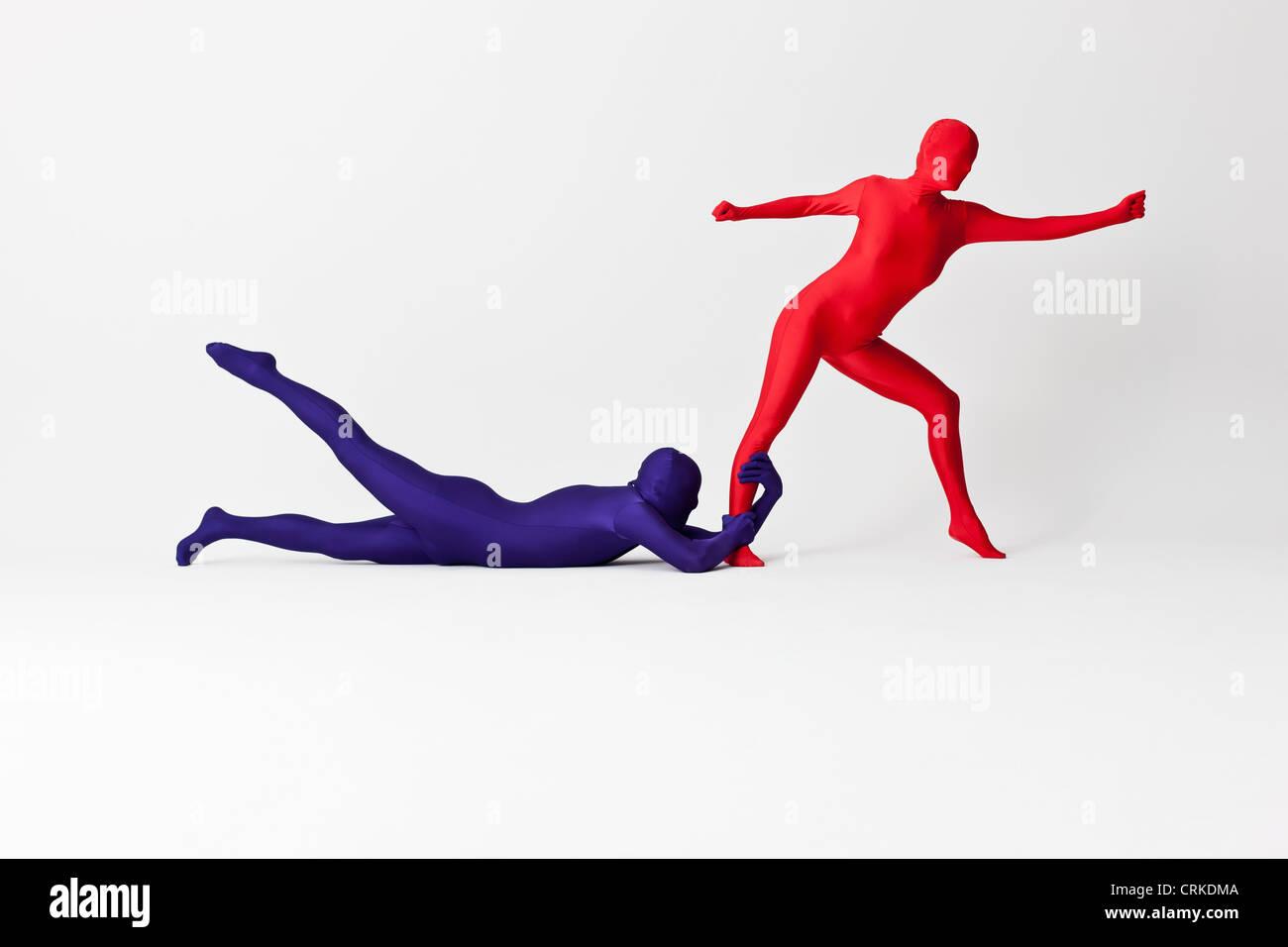 Paar in Bodys posieren zusammen Stockbild