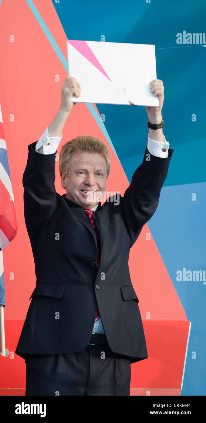 "Colin Moynihan hält IOC offizielle Einladung zu den spielen ""1 Jahr vor"" London 2012 Olympics Trafalgar Square Stockfoto"