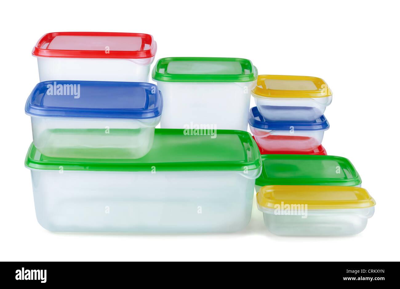 Stapel von Lebensmittelverpackungen aus Kunststoff isoliert auf weiss Stockbild
