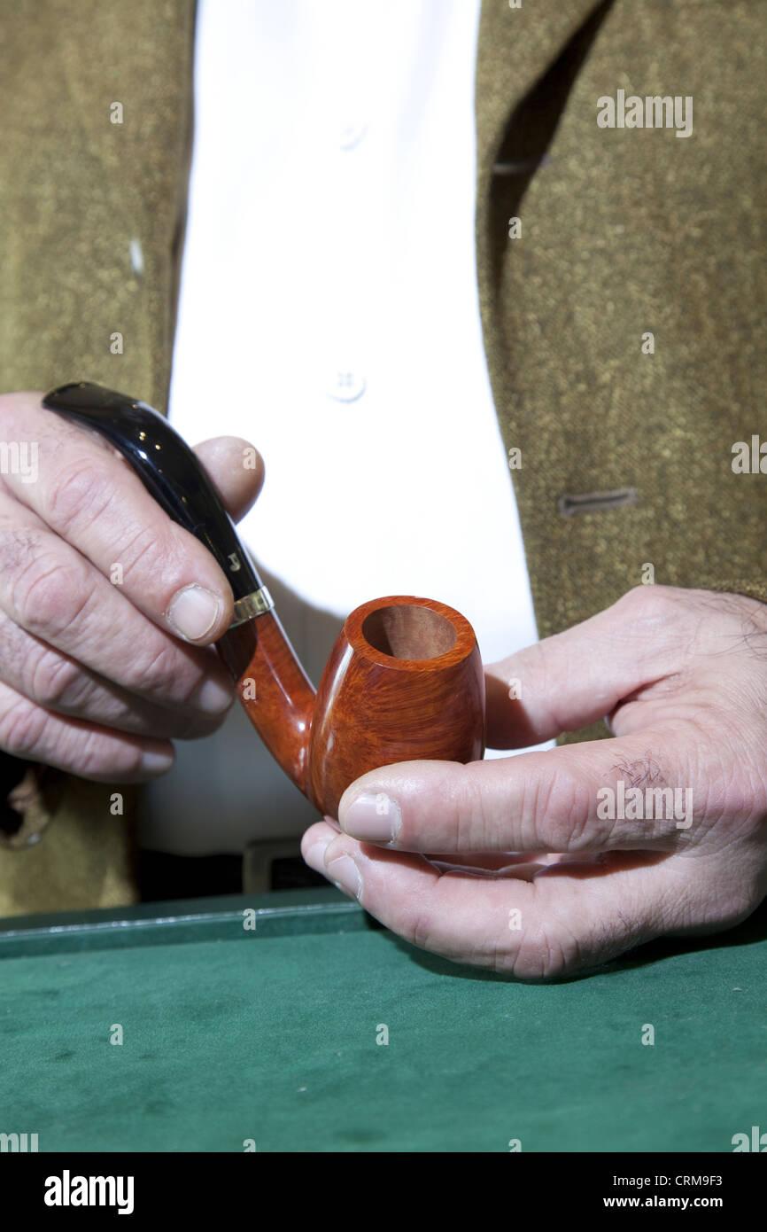 Nahaufnahme des Besitzers halten Tabakpfeife Stockbild