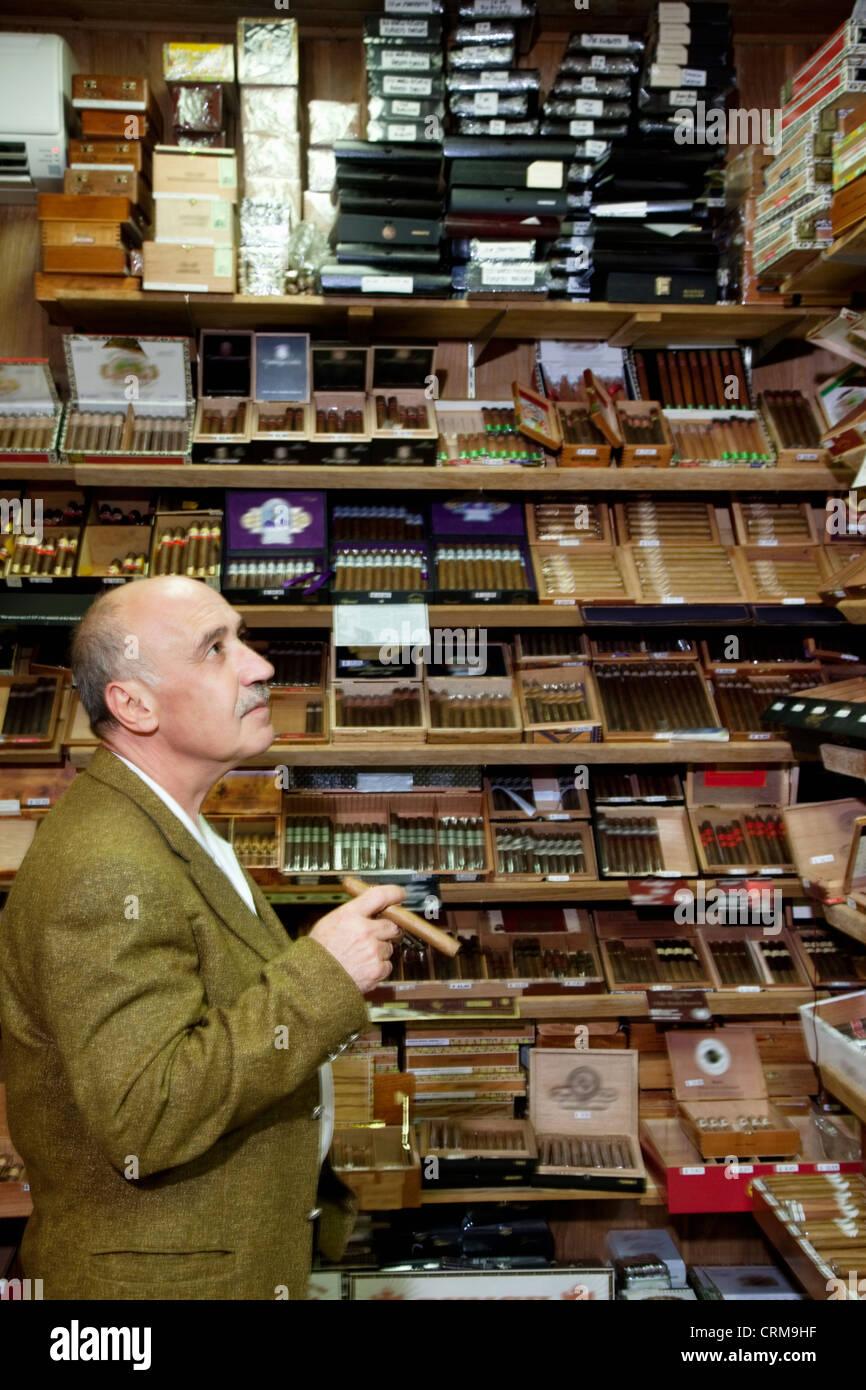 Reife Tabak-Shop-Betreiber Zigarren auf dem Display betrachten Stockbild