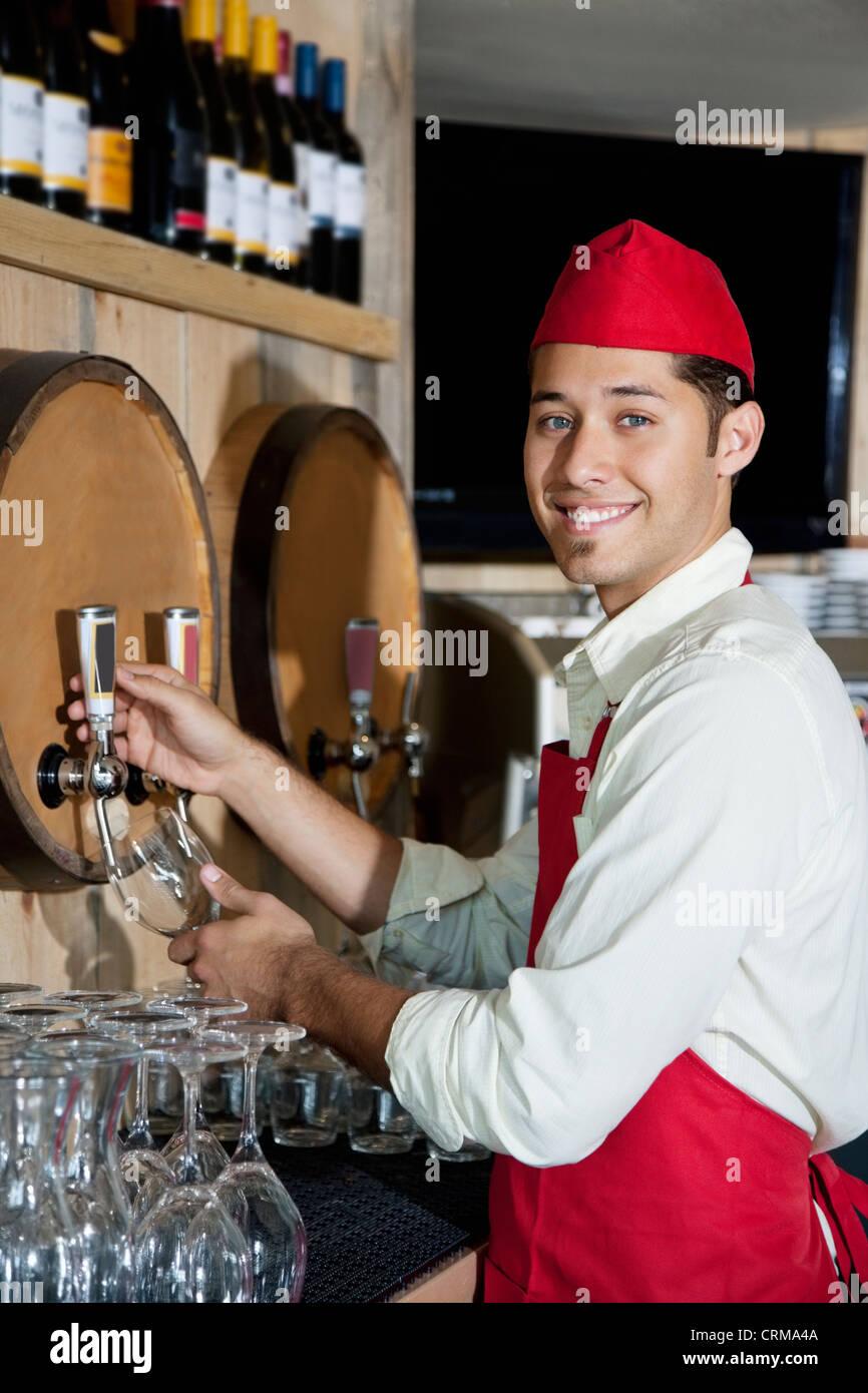 Porträt einer jungen Kellner Getränke Hahn stehend Stockfoto, Bild ...