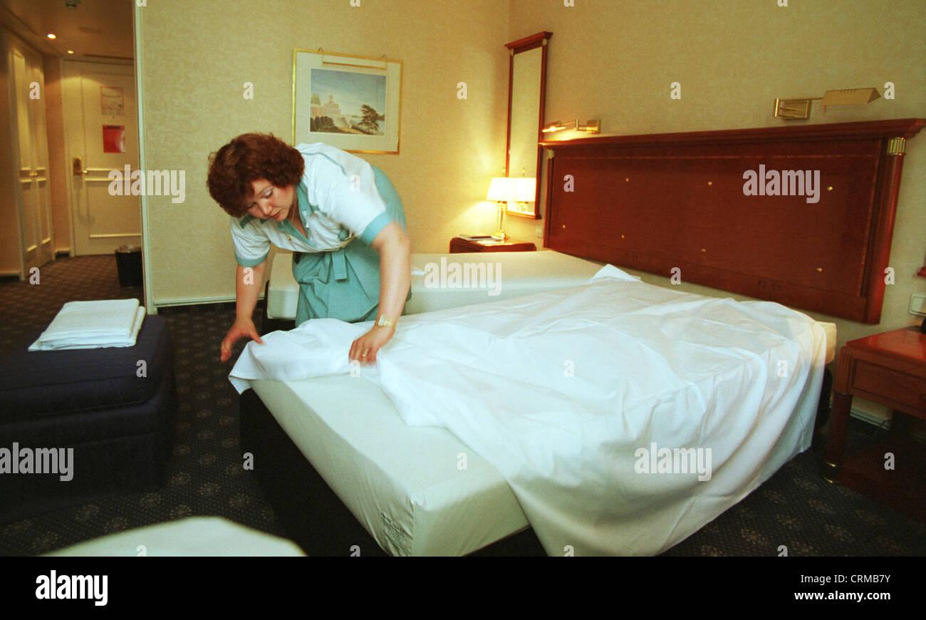 Extrem Dienstmädchen im Bett beziehen sich auf Hotel Kempinski, Berlin ZS48