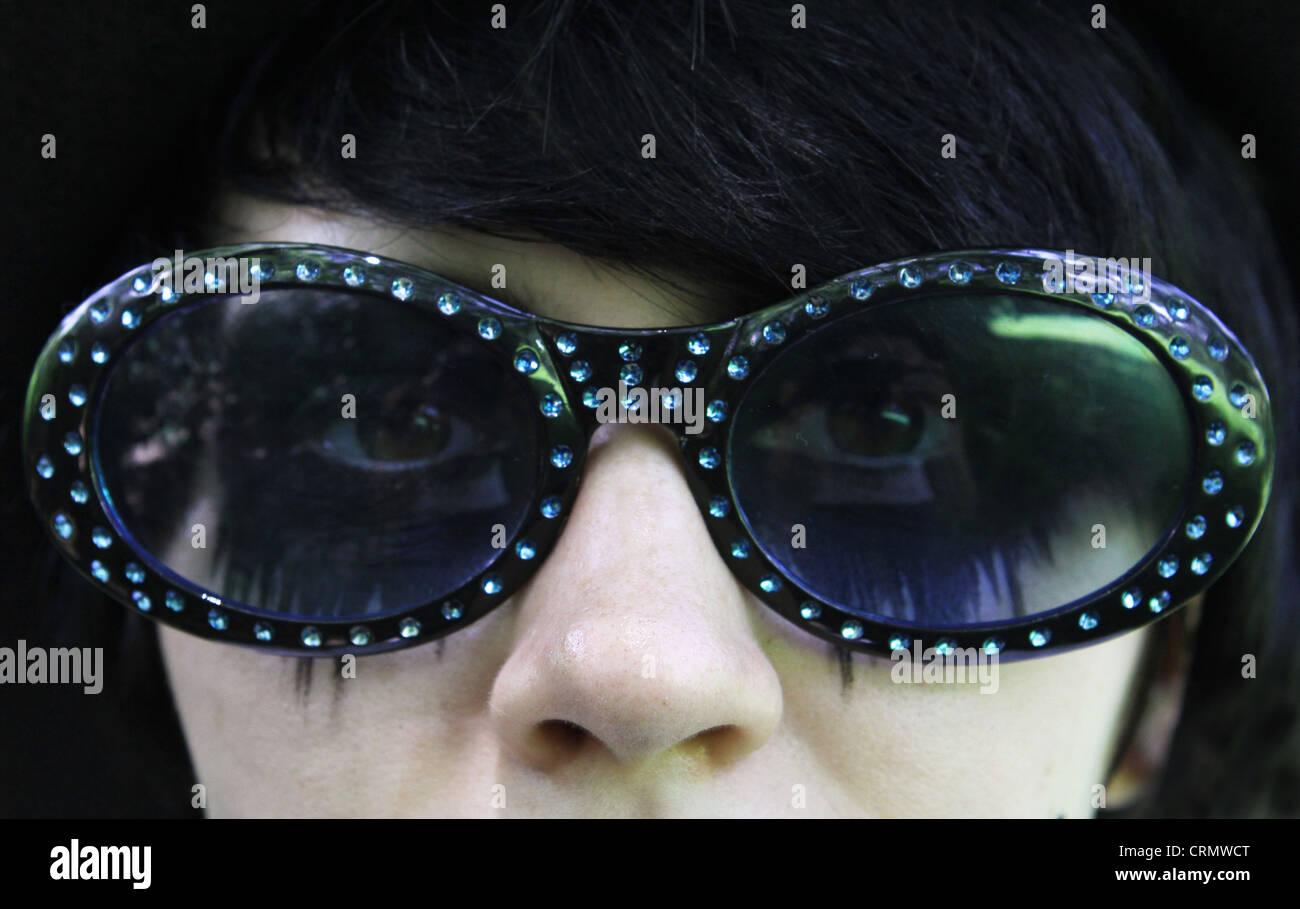 Eine Nahaufnahme von einem Teen Girl Augen viel Eyeliner und Sonnenbrillen tragen. Stockbild