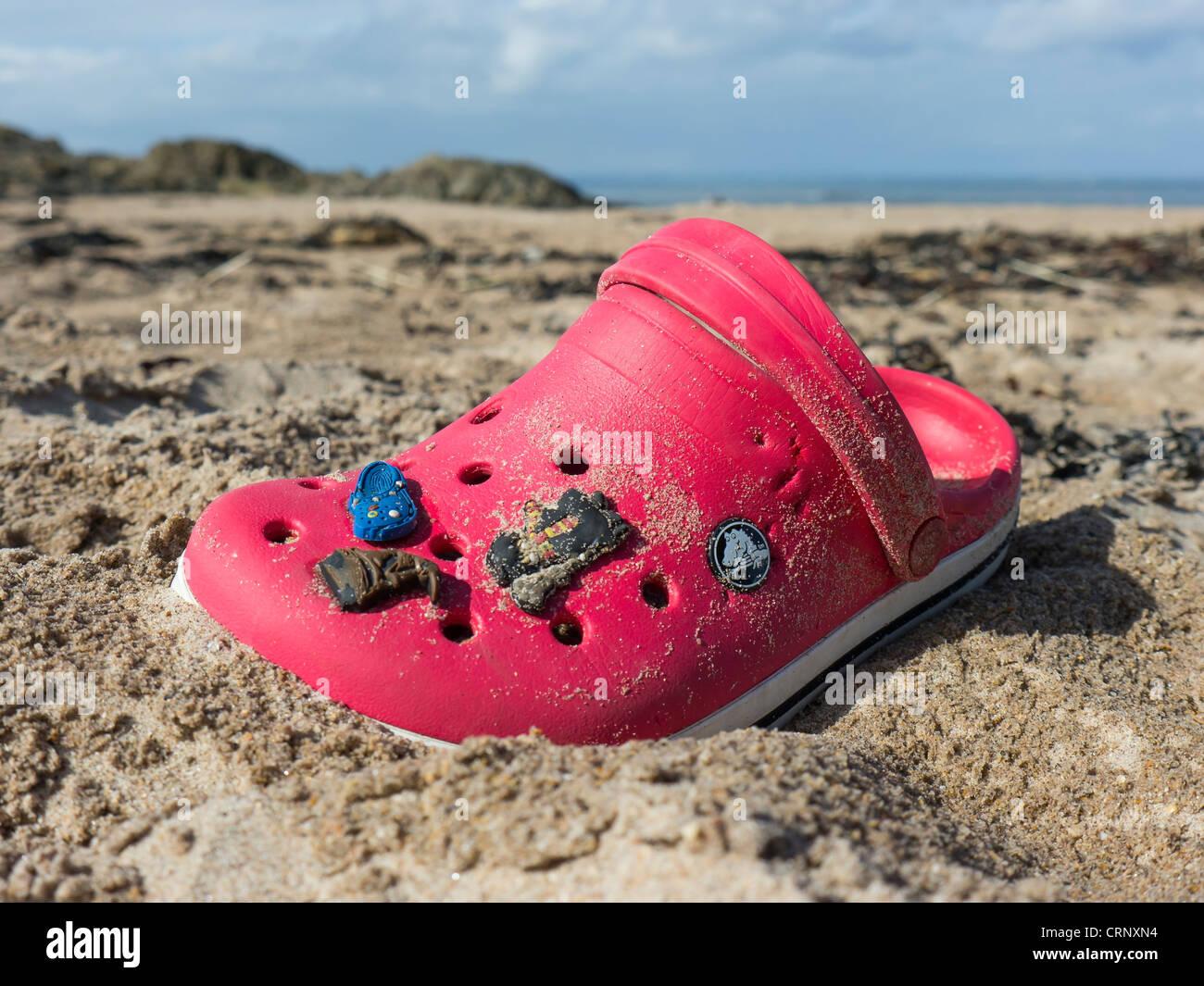 Ein Kind rote Schuh verloren an einem Strand in Schottland. Stockbild