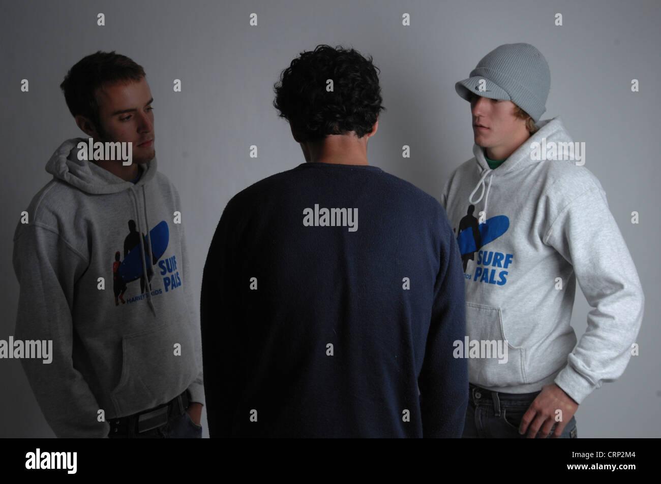 Zwei Geschworenen konfrontieren ein junges Mannes. Stockbild