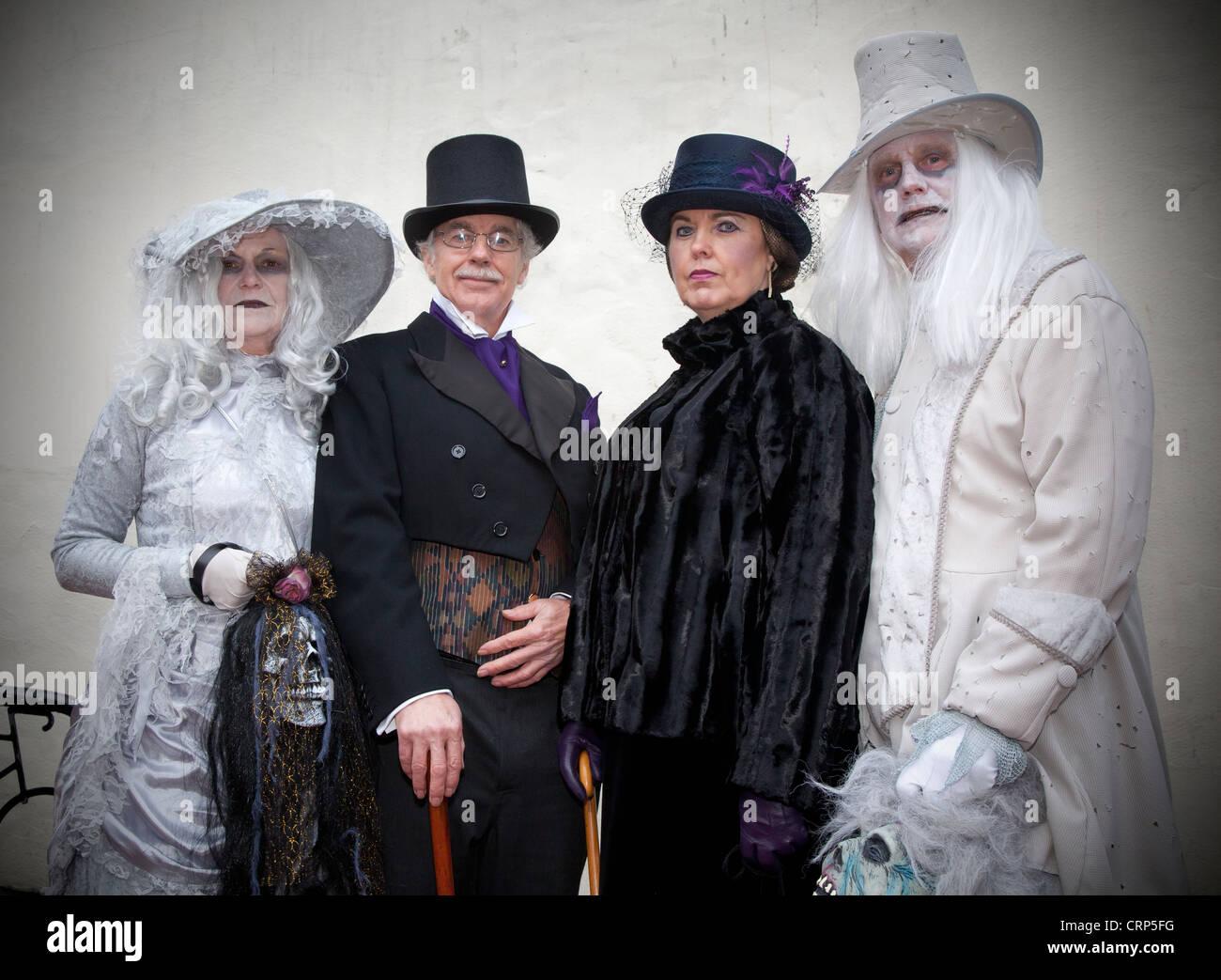Menschen in finsteren Kleidung verkleidet für das Whitby Gothic Weekend, eine zweimal jährlich stattfindende Stockbild
