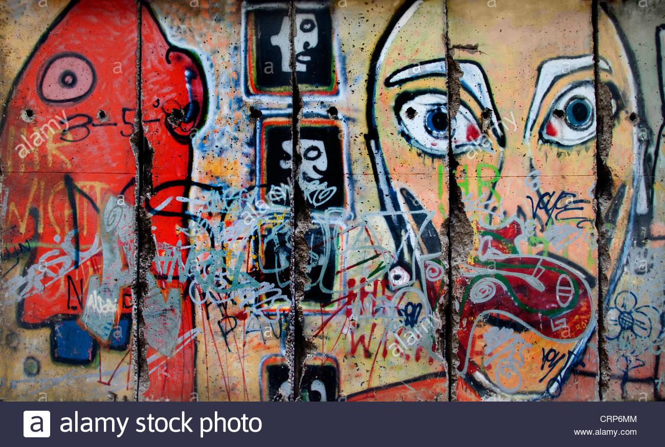 Teil der Berliner Mauer außerhalb des MOMA New York Museum der modernen Kunst Stockbild