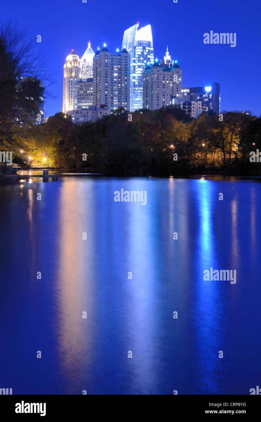 Skyline und Reflexionen von Midtown Atlanta/Georgia Lake Meer von Piedmont Park. Stockbild