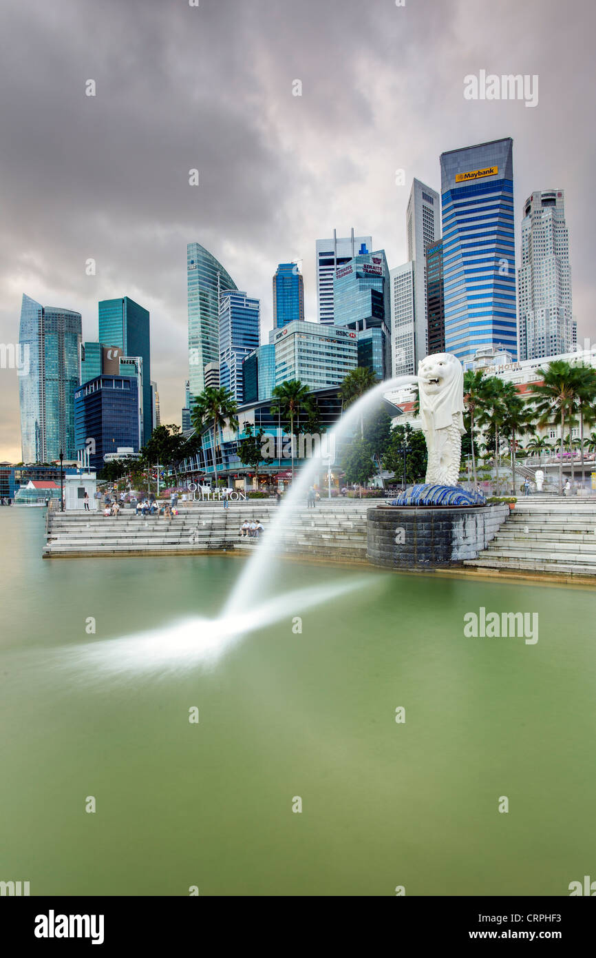 Der Merlion Statue mit der Skyline der Stadt im Hintergrund, Marina Bay, Singapur, Südostasien Stockbild