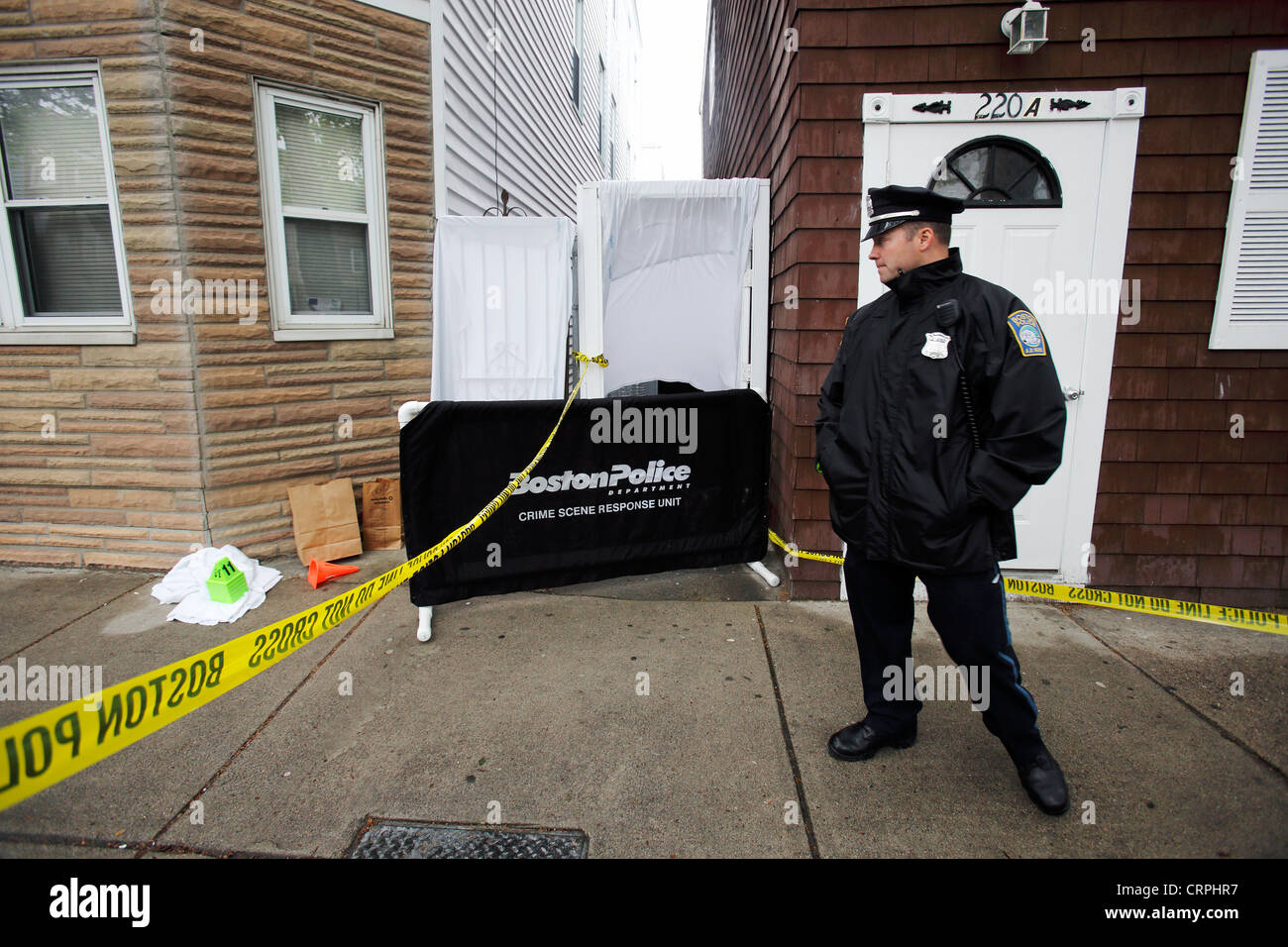 Ein Polizist steht Wache an ein Verbrechen-Szene, Boston, Massachusetts Stockbild