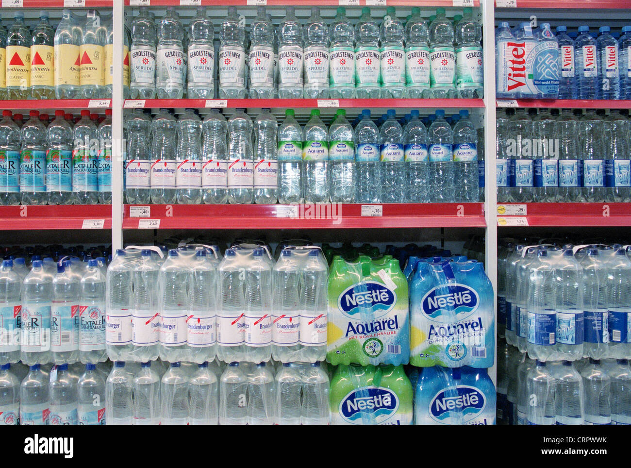 Supermarkt Regale Voller Mineralwasser Pet Flaschen Stockfoto Bild