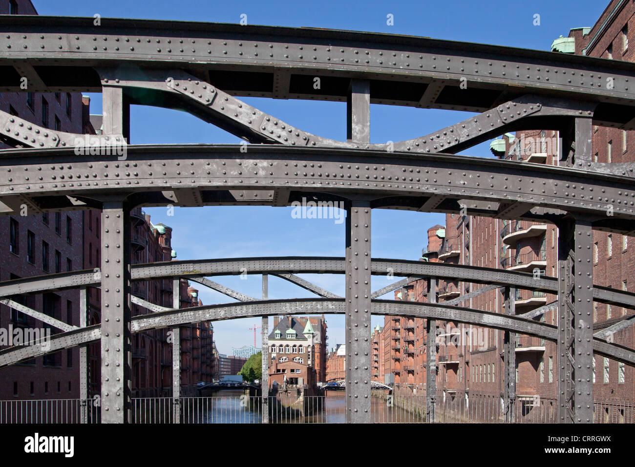 Alten Speicherstadt mit Wasserschloesschen (wenig Wasserburg) und Poggenmuehlen-Brücke, Hamburg, Deutschland Stockbild