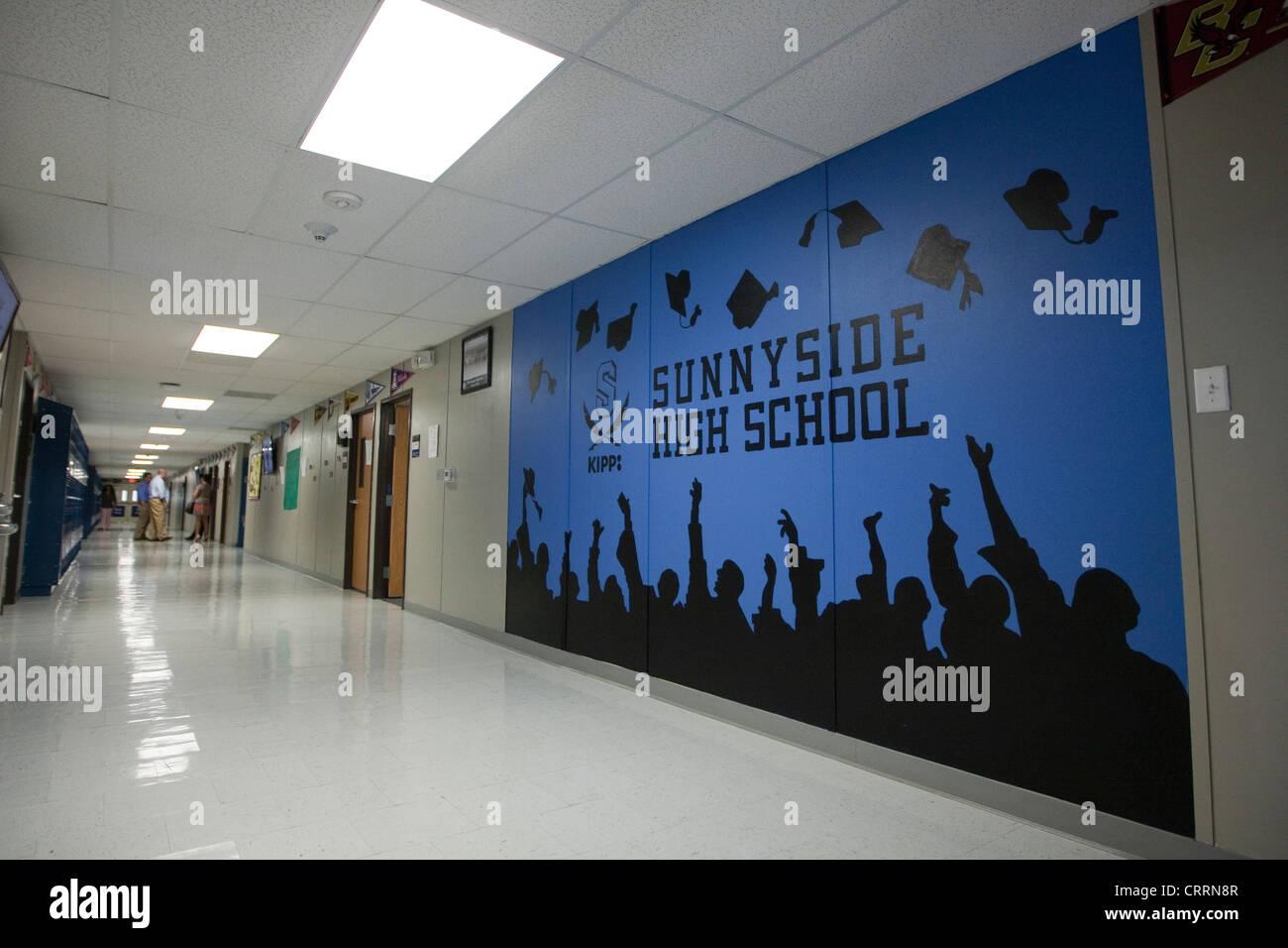 Afroamerikanische Studenten im Flur der öffentlichen Charter High School in Houston, Texas Stockbild