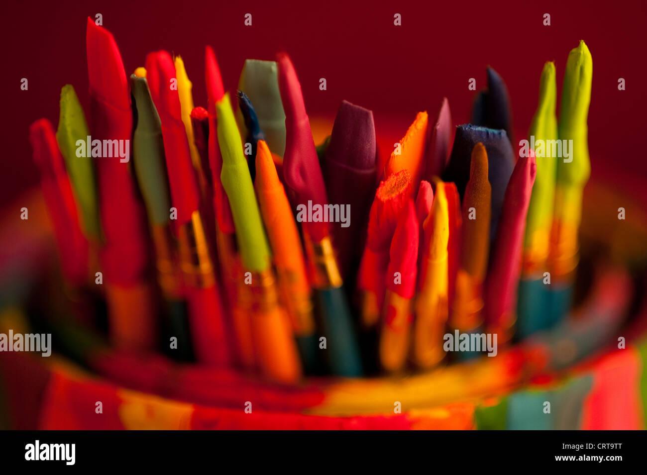 Mehrfarbige Pinsel in die Farbe kann mit Farbtropfen abgedeckt Stockbild