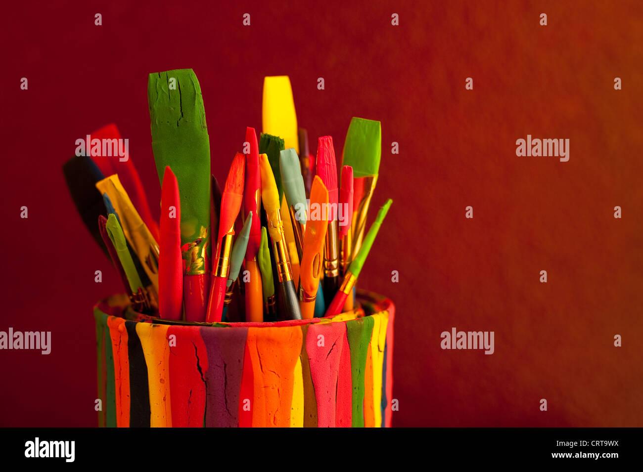 Stillleben-Pinsel in Farbe können auf Schreibtisch Stockbild