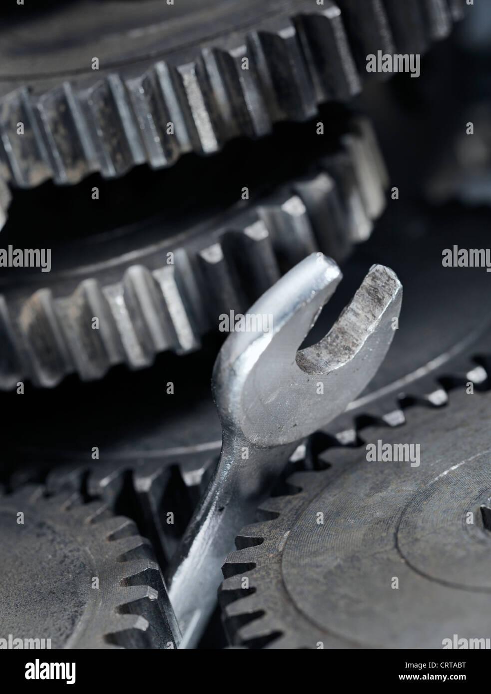 Ein Spanner Schraubenschlüssel fest zwischen Getriebe Zahnräder. Stockbild