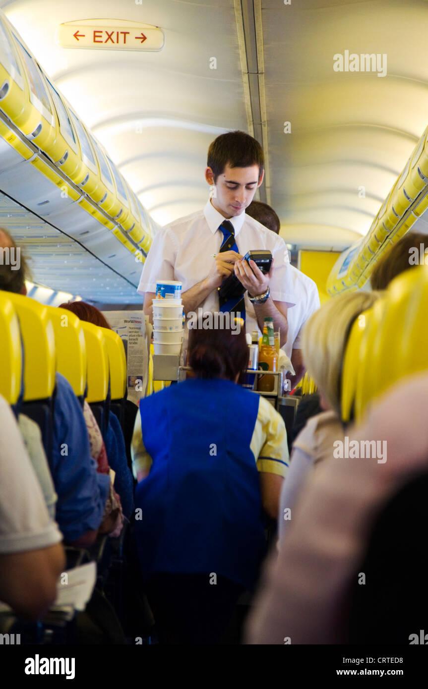 Flugbegleiter an Bord eines Ryanair Flug verkaufen Getränke und ...