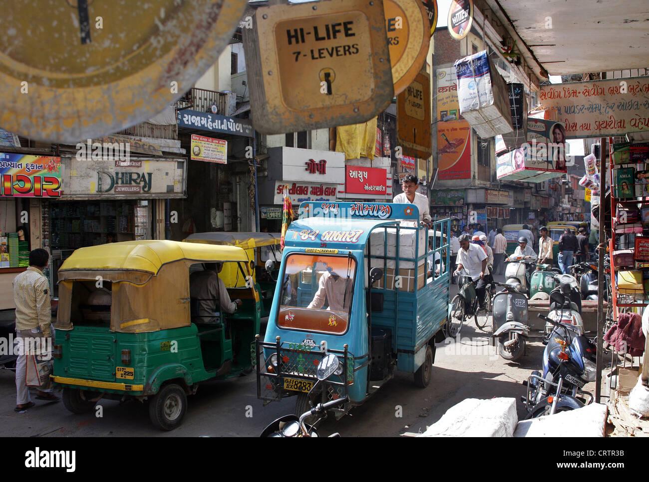 schmale Straße, alte Stadt, Stadt Zentrum von Ahmedabad, Provinz Gujarat, Indien Stockbild