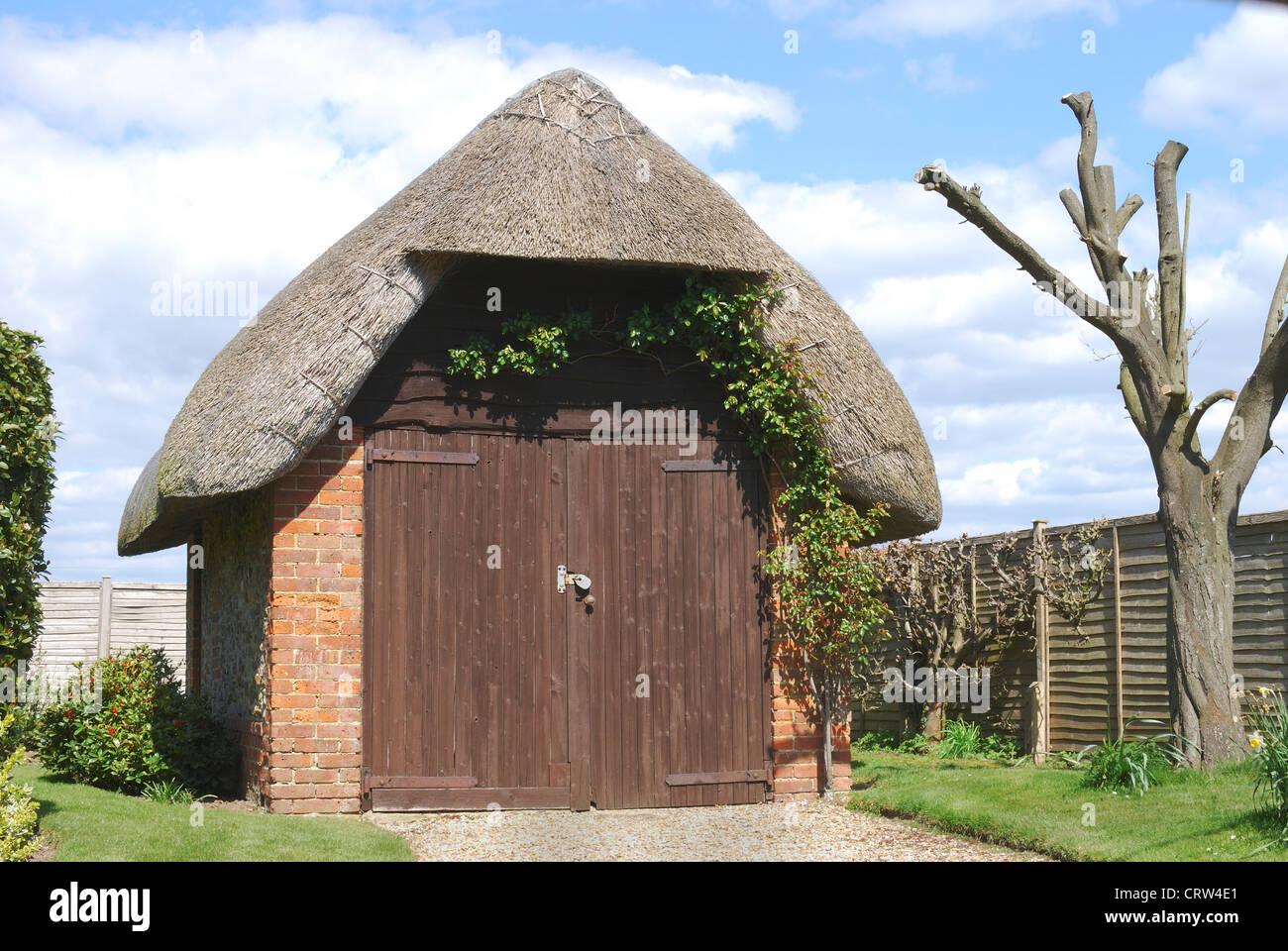 Good In Der Nähe Von Bognor Regis, Ziegel Und Stein Garage Mit Strohdach. West  Sussex