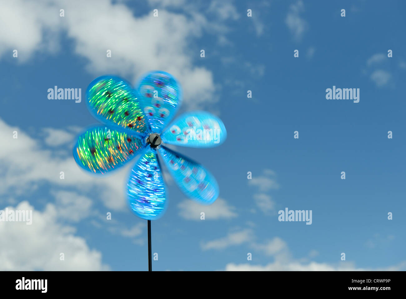Spielzeug-Windmühle vor blauem Himmel Stockbild